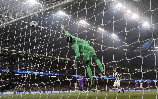 Brankář Realu Madrid Keylor Navas se po přesné trefě Mandžukiče natahoval marně.
