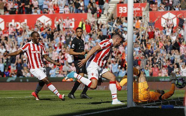 Jonathan Walters ze Stoke City střílí gól Liverpoolu.