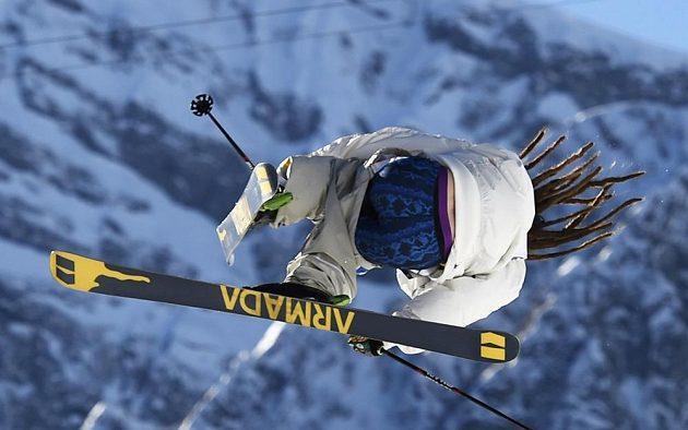 Švéd Henrik Harlaut předvádí ve slopestylu své umění.