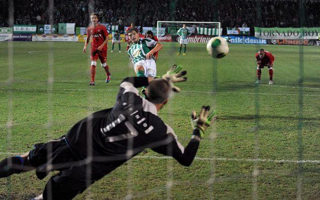Josef Jindříšek z Bohemians 1905 proměňuje nařízenou penaltu během utkání 16. kola Gambrinus ligy mezi Bohemians 1905 a FC Zbrojovka Brno.
