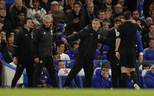 Konec slovní přestřelky mezi José Mourinhem (vlevo) a Antoniem Contem během čtvrtfinále FA Cupu.