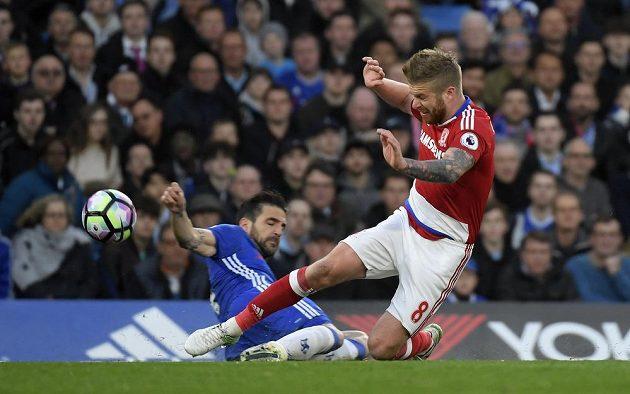 Middlesbrough bojuje v anglické Premier League o udržení a musí se prát o každý bod. Dokazuje to i Adam Clayton, jenž se ocitl v ostrém souboji s hráčem Chelsea Cescem Fábregasem.