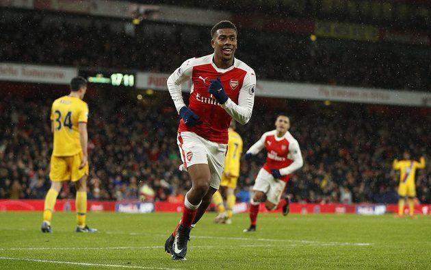 Alex Iwobi z Arsenalu jásá po gólu proti Crystal Palace.