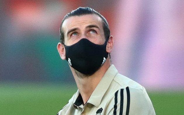 Hvězda Realu Madrid Gareth Bale v roušce.