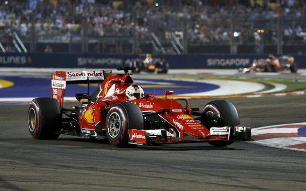 Sebastian Vettel s ferrari na trati Velké ceny Singapuru.