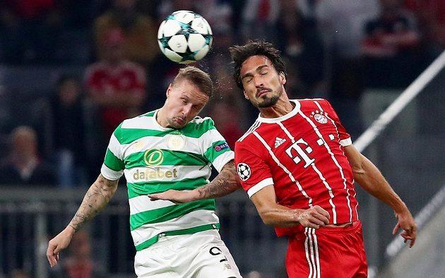 Obránce Bayernu Mnichov Mats Hummels v souboji s Leighem Griffithsem ze Celtiku v utkání Ligy mistrů.