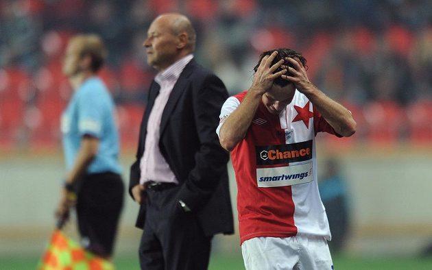 Kapitán Slavie Karol Kisel zpytuje svědomí po vyloučení v derby se Spartou. V pozadí trenér sešívaných Miroslav Koubek.