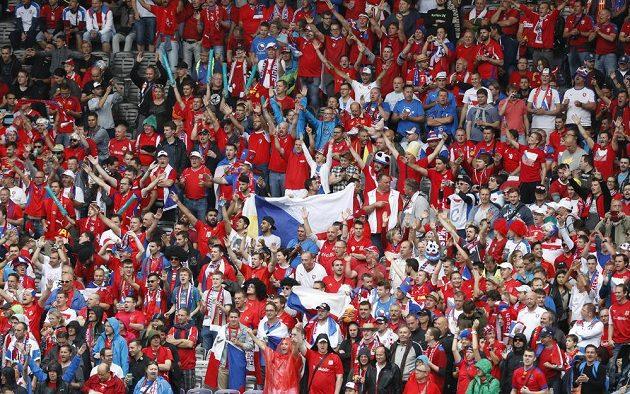 Pohled do tábora českých fanoušků v Toulouse před zápasem se Španěly.