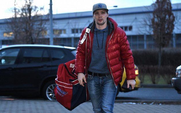 Ondřej Němec přichází na sraz hokejové reprezentace před dvojutkáním s Ruskem.