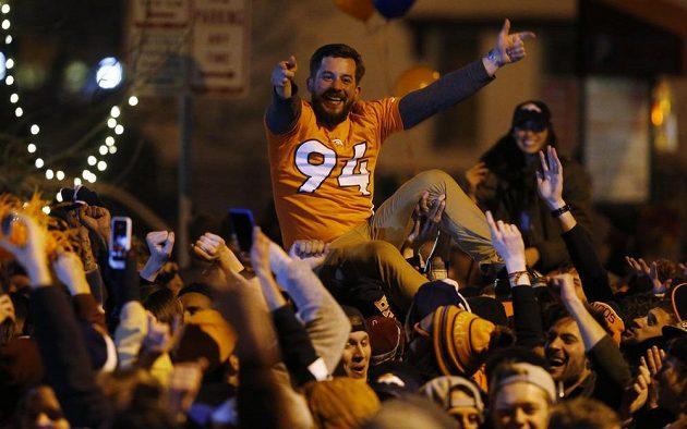 V Denveru se slavilo. Fanoušci v ulicích města vítězů finále ligy amerického fotbalu NFL.