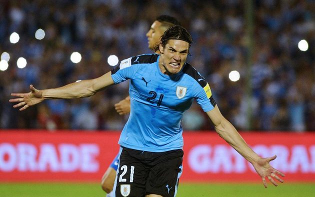 Edinson Cavani slaví gól Uruguaye během utkání kvalifikace MS 2018 proti Brazílii. Cavani proměnil penaltu, ale jeho tým nakonec zápas prohrál 1:4.