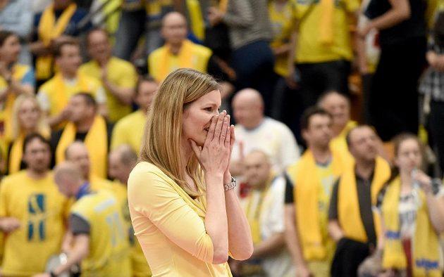 Dojatá Eva Vítečková během finále Final Four mezi basketbalistky USK Praha a Jekatěrinburgu.