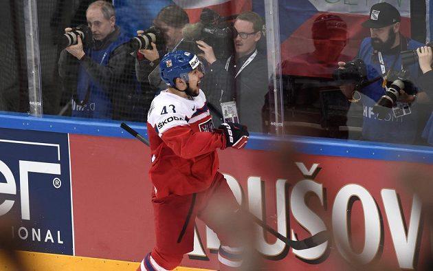 Jan Kovář oslavuje gól profi Finsku ve čtvrtfinále mistrovství světa.