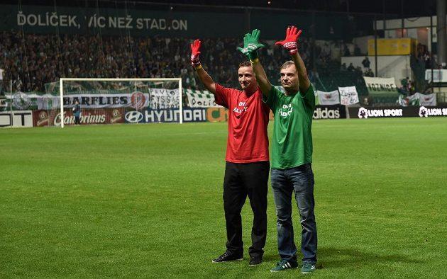 Vladimír Šmicer a Ivan Trojan v rámci podpory záchrany stadiónu Ďolíček během utkání 8. kola Synot ligy.