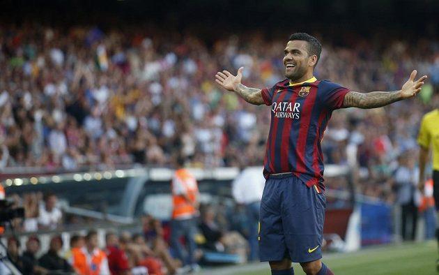 Dani Alves z Barcelony slaví gól proti Levante.