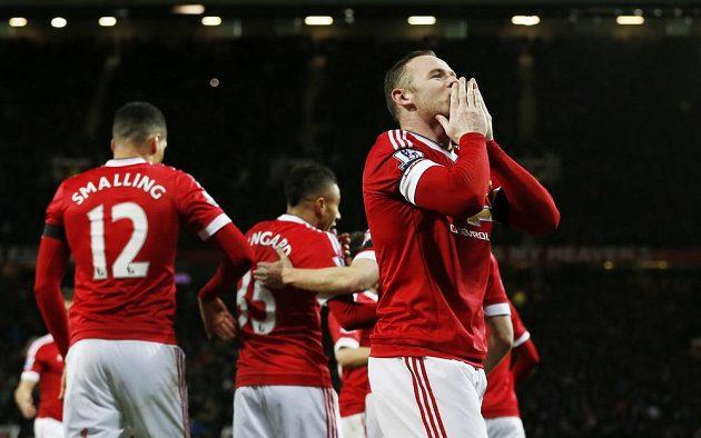 Wayne Rooney slaví gól do sítě Stoke.
