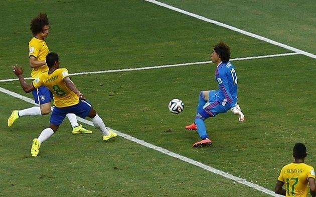 Guillermo Ochoa (vpravo) likviduje šance Brazilců Davida Luize (vlevo nahoře) a Paulinha.