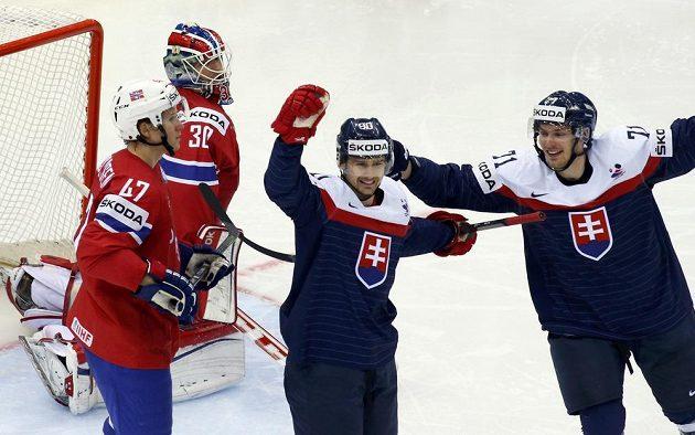 Slovenský útočník Tomáš Tatar (uprostřed) se raduje ze své úvodní trefy v utkání proti Norsku.
