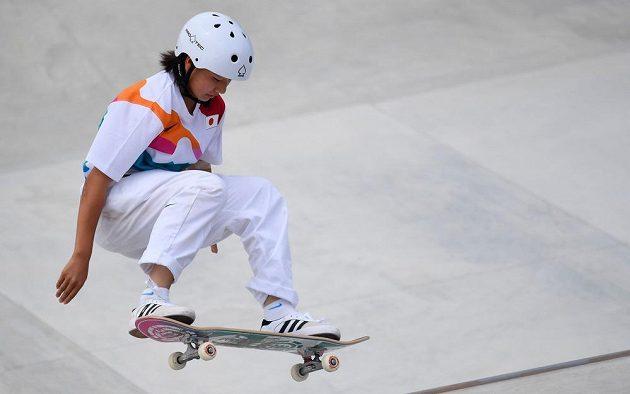 Třináctiletá Japonka Momidži Nišijová je první olympijskou vítězkou ve skateboardingu.