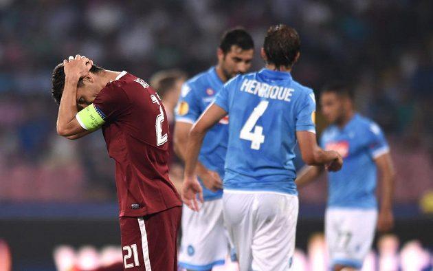 Sparťanský útočník David Lafata se chytá za hlavu během utkání v Neapoli.