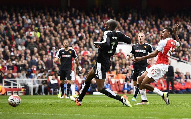 Alex Iwobi z Arsenalu dává gól Watfordu.