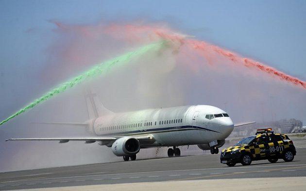 Speciál s mistry Evropy přivítali na letišti v Lisabonu vodní slavobránou.