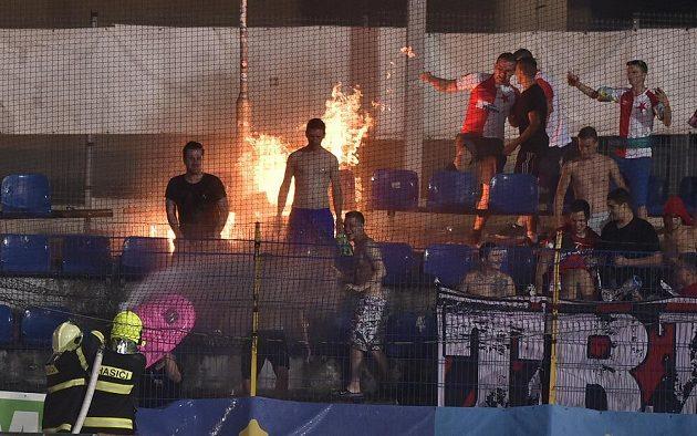 Fanoušci Slavie zapálili na tribuně v Jihlavě sedačky.