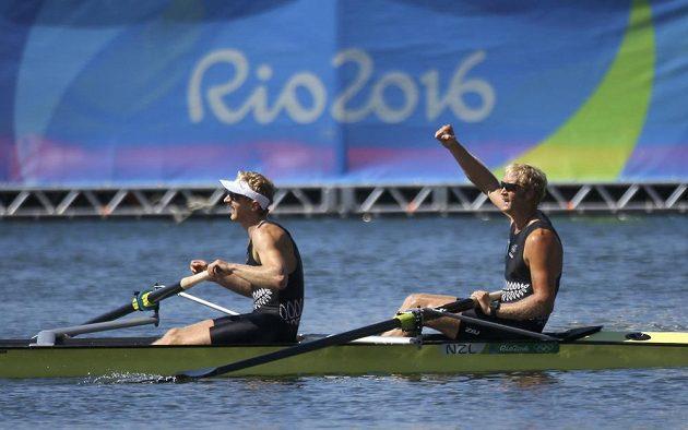 Novozélandští veslaři Eric Murray a Hamish Bond se radují z vítězství v závodě dvojka bez kormidelníka.