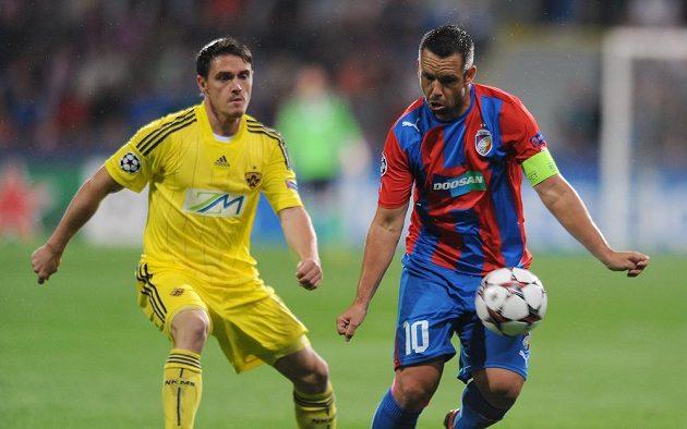 Středopolař Pavel Horváth (vpravo) zpracovává míč v utkání s Mariborem.