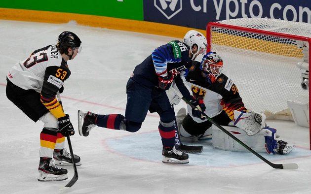 Americký obránce Christian Wolanin otevírá skóre utkání o bronz proti Německu.