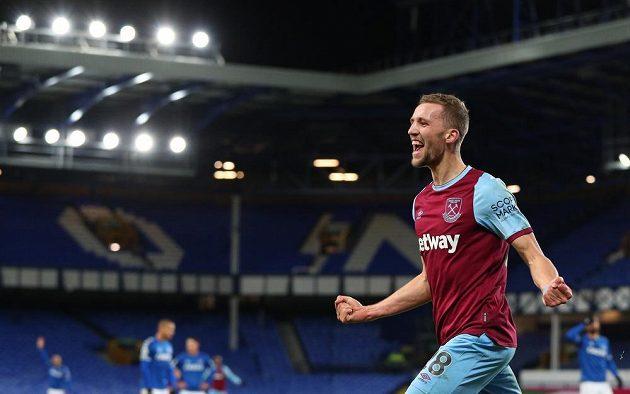 Fotbalista West Hamu Tomáš Souček se raduje z gólu proti Evertonu.