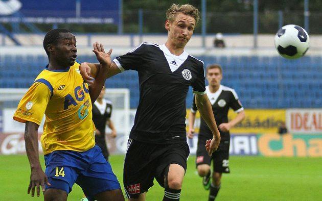 Teplický Ulrich Kapolongo (vlevo) v souboji o míč s českobudějovickým Pavlem Novákem.