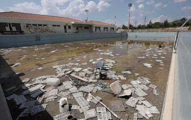 Zaneřáděný, nikým nevyužívaný bazén v olympijské vesnici v Aténách.