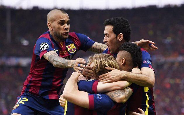 Záložník Barcelony Ivan Rakitič (třetí zprava) slaví se spoluhráči gól ve finále Ligy mistrů proti Juventusu.