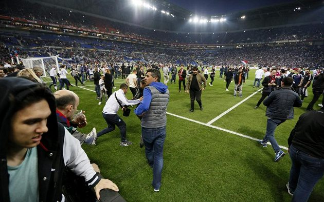Po bitkách na tribunách pronikla velká část fanoušků na trávník.