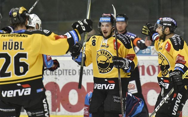Hráči Litvínova se radují z gólu v Chomutově, zleva Viktor Hübl, František Gerhát a František Lukeš.