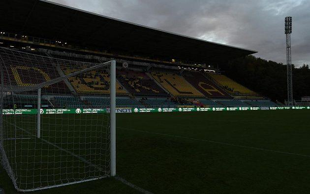 Potemnělý stadión na Julisce, utkání Dukly proti Příbrami bylo kvůli výpadku elektrické energie třikrát přerušeno a nakonec předčasně ukončeno.