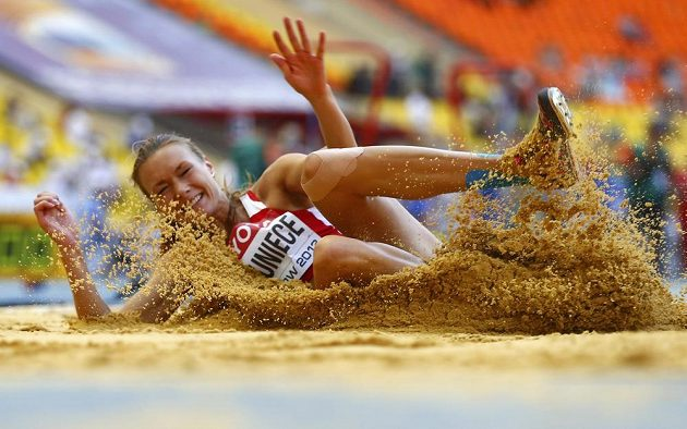 Lotyšská sedmibojařka Laura Ikaunieceová po jednom z pokusů ve skoku do dálky.