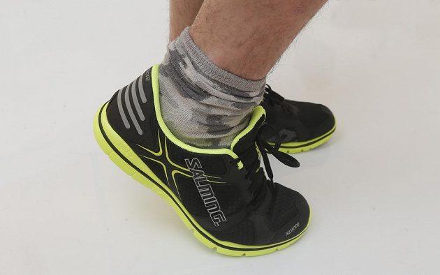 Zadní část boty zdobí poměrně velké reflexní prvky.