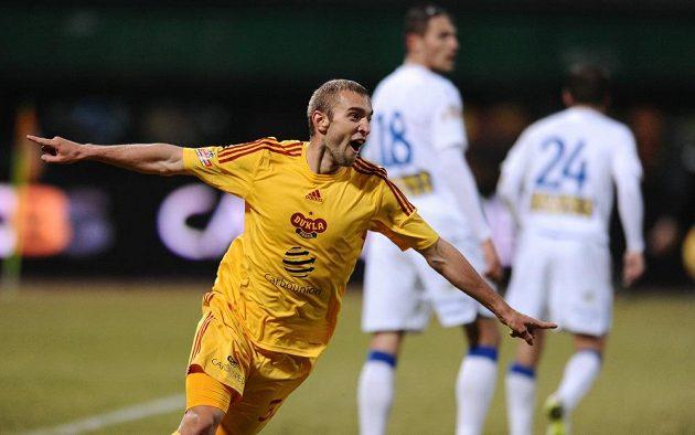 Marek Hlinka z Dukly Praha se raduje z gólu v utkání s Teplicemi.