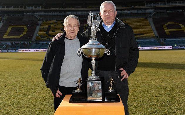 Fotbalové legendy Dukly Praha Josef Jelínek (vlevo) a Ivo Viktor pózují s Americkým pohárem před utkáním 19. kola Gambrinus ligy.