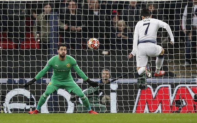 Záložník Tottenhamu Son střílí první gól do sítě Dortmundu v utkání Ligy mistrů.