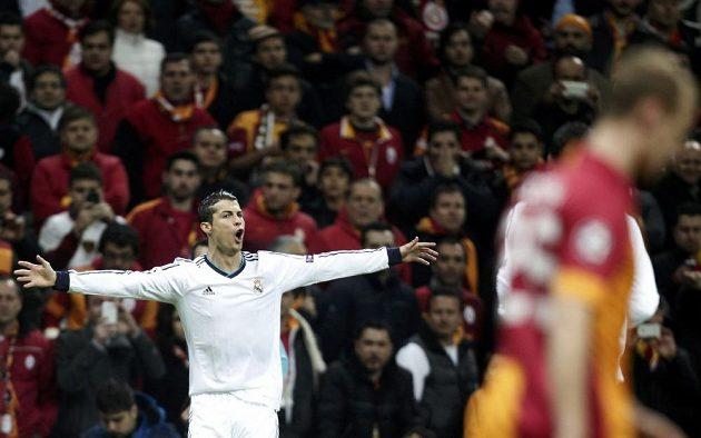 Cristiano Ronaldo se raduje z branky, kterou vstřelil do sítě Galatasaraye Istanbul v odvetném utkání čtvrtfinále Ligy mistrů.