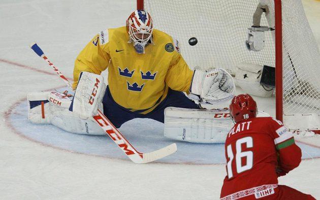 Běloruský forvard Geoff Platt překonává ve druhé třetině čtvrtfinálového duelu MS švédského brankáře Anderse Nilssona.