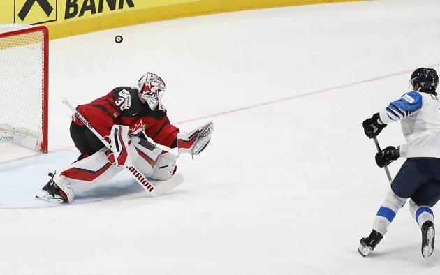 Kanadský gólman Matt Murray čelí trestnému střílení Fina Oliwera Kaskiho ve finále MS.