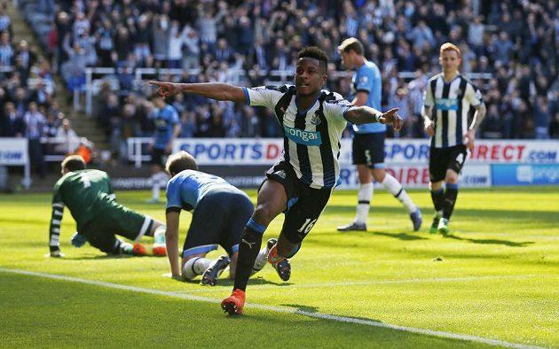 Rolando Aarons (vpředu) z Newcastlu slaví gól proti Tottenhamu v zápase 38. kola anglické Premier League.