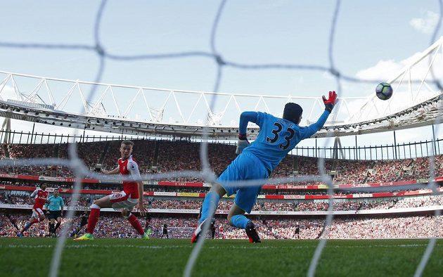 Brankáře Arsenalu Petra Čecha překonává Sadio Mané z Liverpoolu.