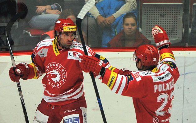 Třinečtí Zbyněk Irgl a Jiří Polanský se radují z druhé branky proti Olomouci.