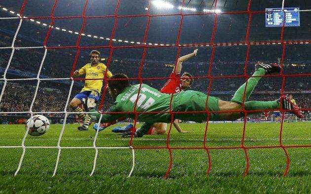 Brankář Arsenalu Lukasz Fabianski zlikvidoval střelu Thomase Müllera.