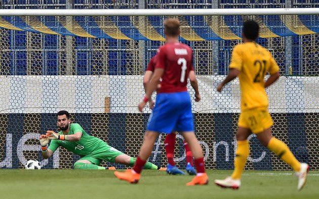 Český brankář Tomáš Koubek dostává druhý gól od Austrálie.